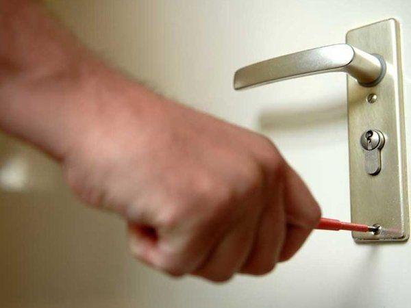 Una mano che sta per mettere la chiave in una toppa