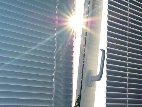 Una finestra in PVC con delle tende