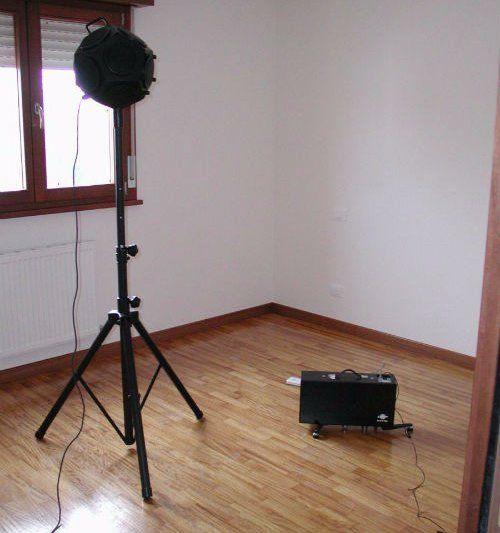 un'asta e una valigetta in una stanza con parquet