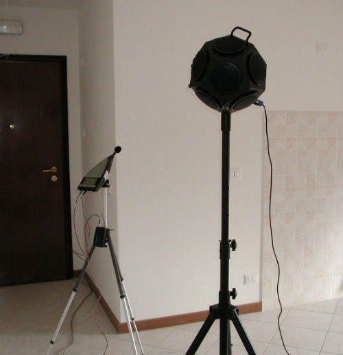 Due apparecchi ricevitori di suoni di diversa ampiezza