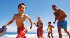 vista di una famiglia sulla spiaggia mentre si diverte