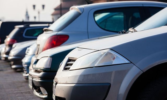 serie di macchine parcheggiate una accanto all'altra