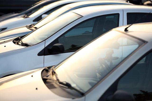 macchine di color grigio parcheggiate viste da vicino