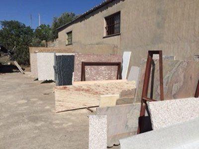 blocchi di marmo all'esterno di un edificio