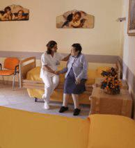 un'infermiera seduta vicino a una donna anziana