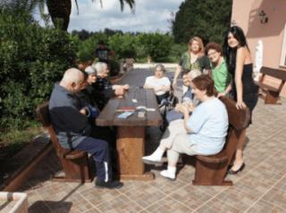 delle persone sedute a un tavolo all'aperto