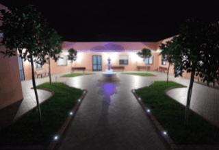 un cortile con una fontana al centro