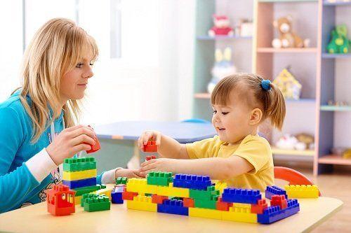 Bambina che gioca con la maestra