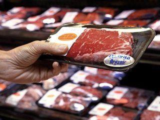 una mano con una confezione di carne