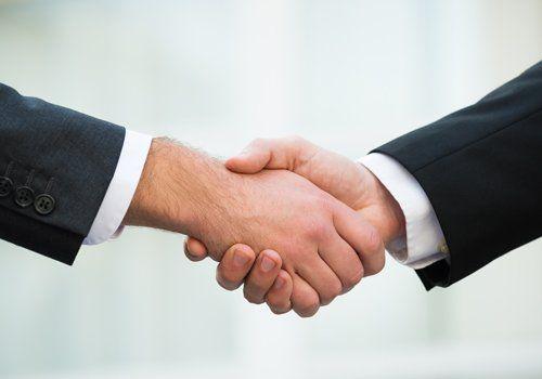 stretta di mano da due uomini