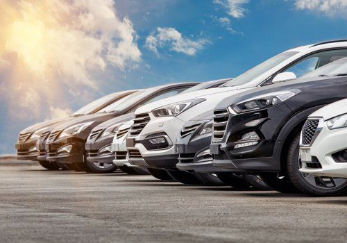 fila di auto una a fianco dell'altra