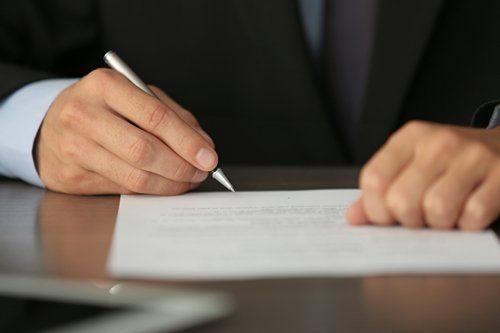 Mano firma i documenti all'agenzia funebre Esposito di Castellaneta, Taranto