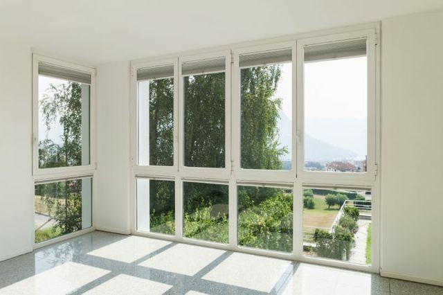 delle finestre con dei pannelli di vetro