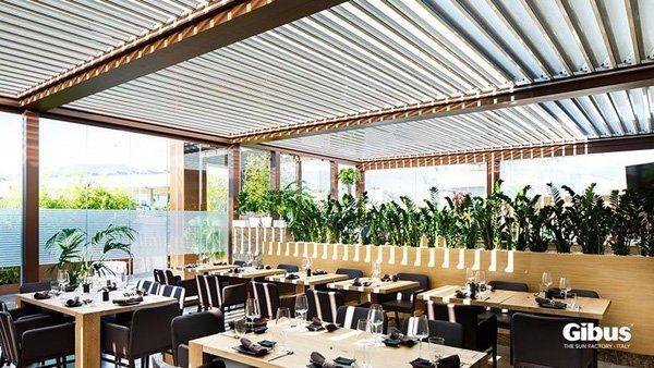 veranda esterna per pranzo con tavoli e sedie