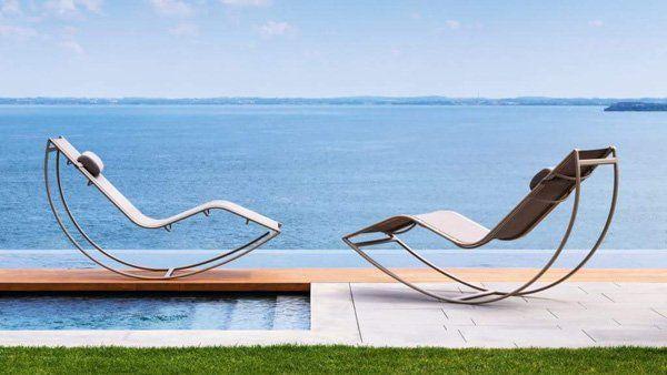 due lettini accanto ad una piscina vista mare