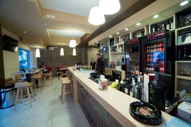 interno del ristorante, bancone del bar con barista