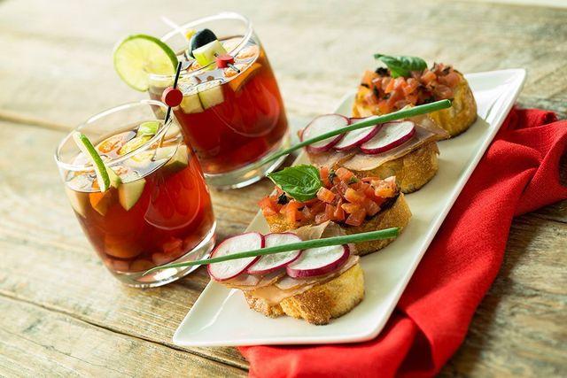 Aperitivo con bruschette varie e cocktail