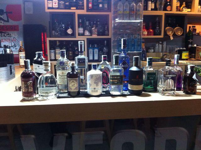 Bottiglie di super alcolici sul bancone del locale
