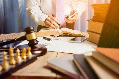 avvocato che consulta libri di testo