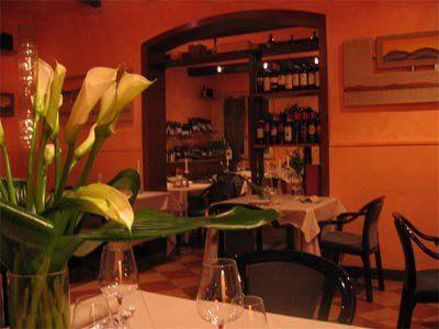 bar e ristorante con tavoli
