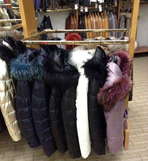 dei giubbotti invernali con il pelo di diversi colori da donna
