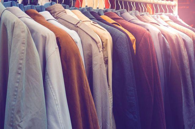 delle giacche di diversi colori e materiali