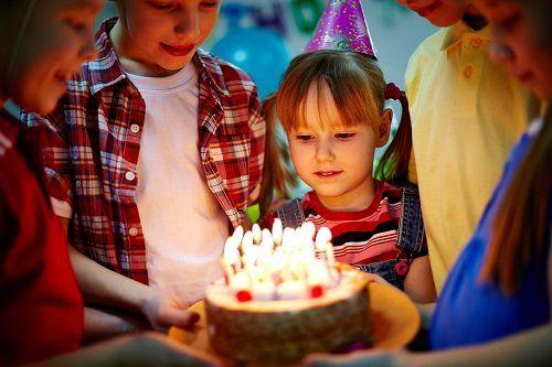dei bambini con una torta durante un compleanno
