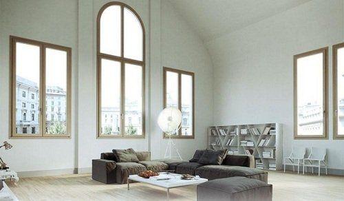 Soggiorno con grandi finestre,due sofá e una scaffale