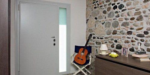 Porta di sicurezza e muro di pietra