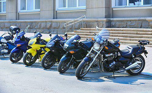 serie di moto parcheggiate