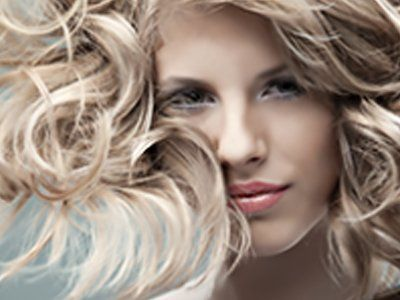 ragazza con capelli biondi