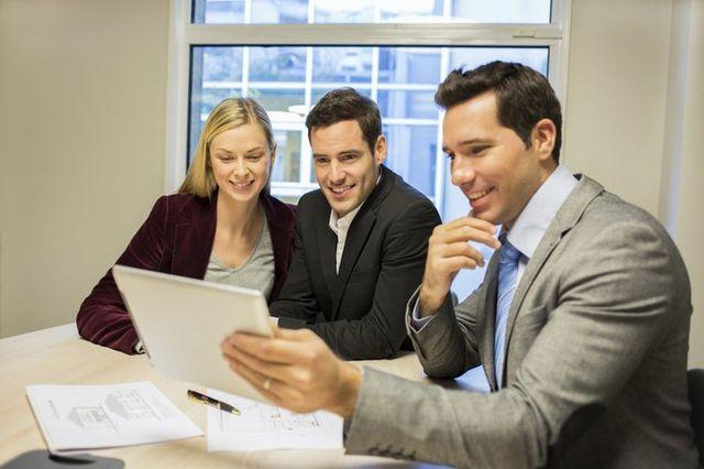 consulente mostra dei documenti a una coppia