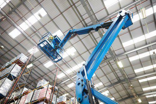 un braccio meccanico blu con una piattaforma