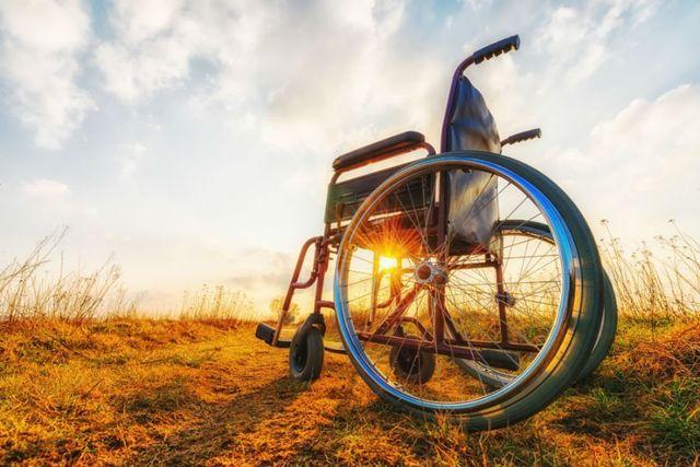una sedia a rotelle su un terreno arido