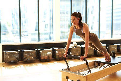 una ragazza fa fitness