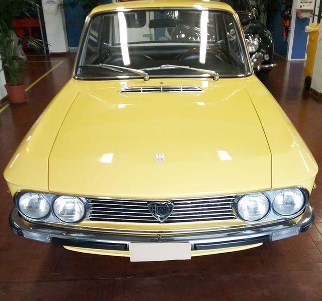 una vecchia macchina Lancia di color giallo