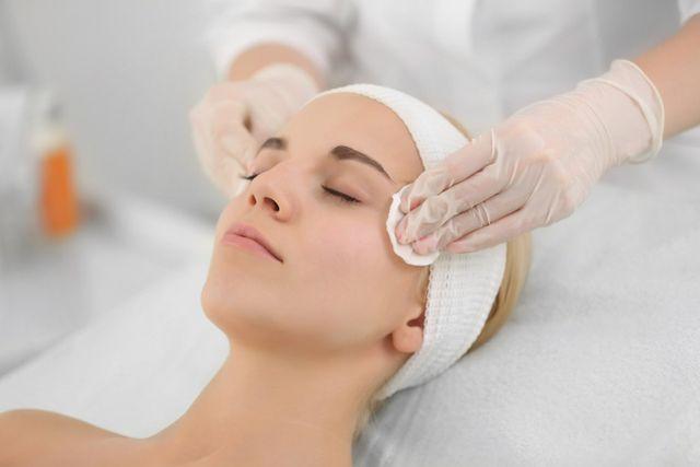 Una donna in un trattamento di pulizia di faccia