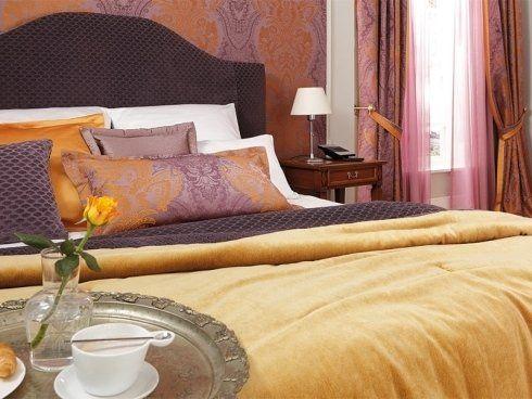 delle federe di cuscini di color viola e arancione in raso