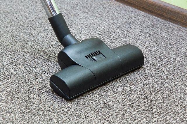 una scopa elettrica che pulisce un tappeto