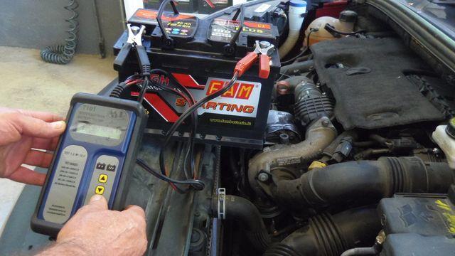 controllo batteria all'interno del motore