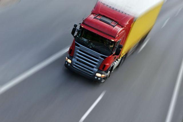 un camion rosso in viaggio