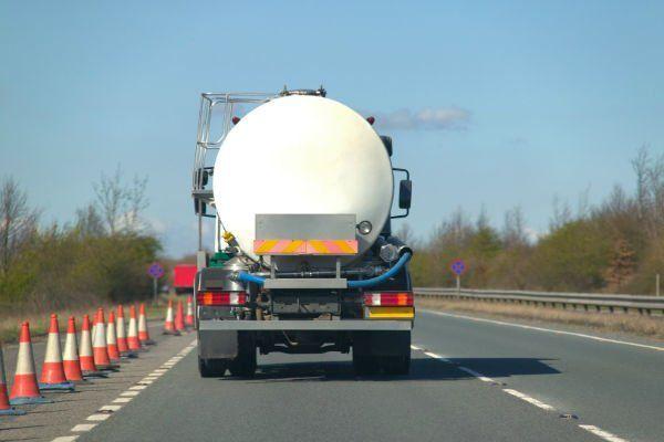 un autocisterna vista da dietro che trasporta gas