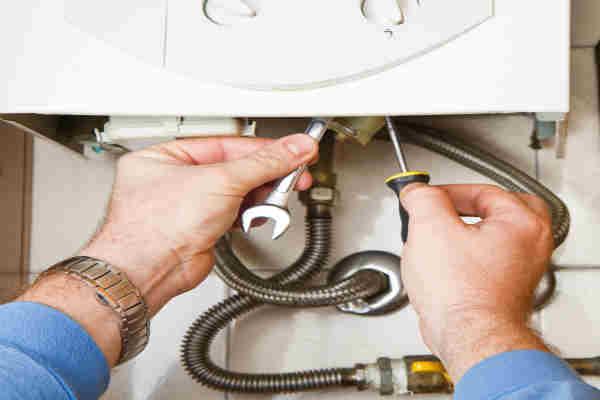 Operaio adeguando il riscaldatore