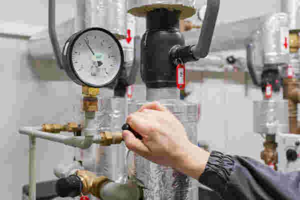 Operaio verificando la pressione di una nuova sistemazione
