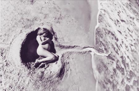 Immagine poetica di una donna incinta sulla spiaggia