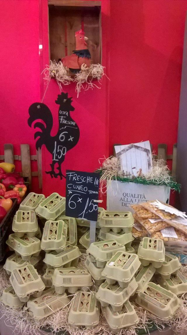 Una pila di confezioni di uova fresche da Cuneo
