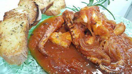 un piatto di polipo al sugo