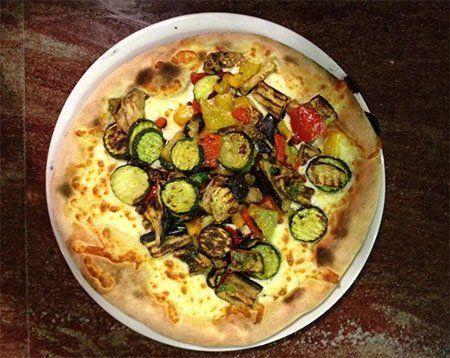 una pizza con delle verdure grigliate