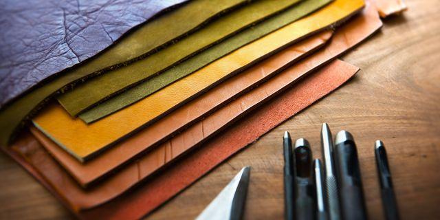 Campioni di pelle colorata con attrezzi da pellettiere