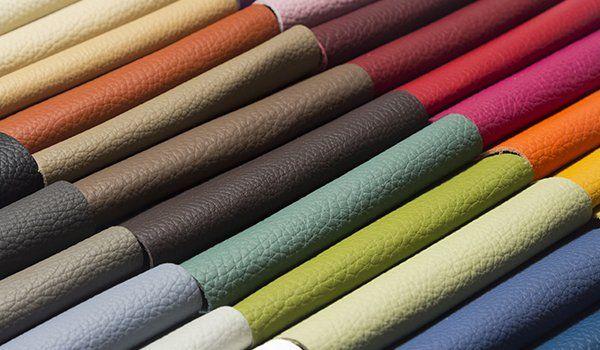 Esposizione di campioni di pelle in vari colori